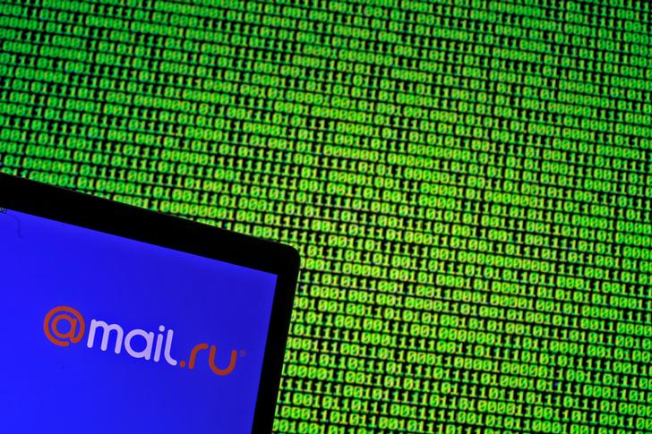 Il logo di mail.ru su un codice binario. REUTERS/Dado Ruvic/Illustration
