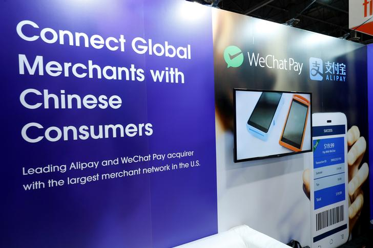 Un display promuove WeChat Pay e Alipay. REUTERS / Steve Marcus