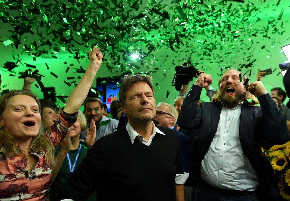 The leaders of the German Green Party Henrike Hahn, Robert Habeck and Anton Hofreiter celebrating in Munich. REUTERS/Andreas Gebert/Contrast