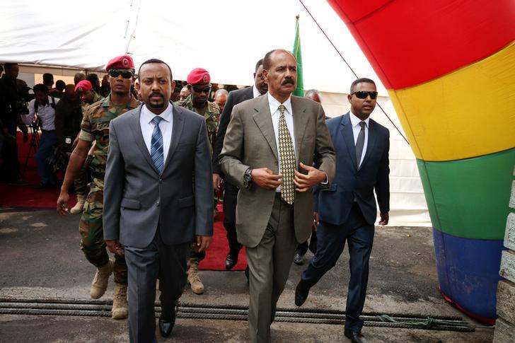 Il Presidente dell'Eritrea Isaias Afwerki e il Primo Ministro dell'Etiopia Abiy Ahmed arrivano alla cerimonia di inaugurazione in occasione della riapertura dell'ambasciata eritrea ad Addis Abeba, Etiopia, 16 luglio 2018. REUTERS/Tiksa Negeri