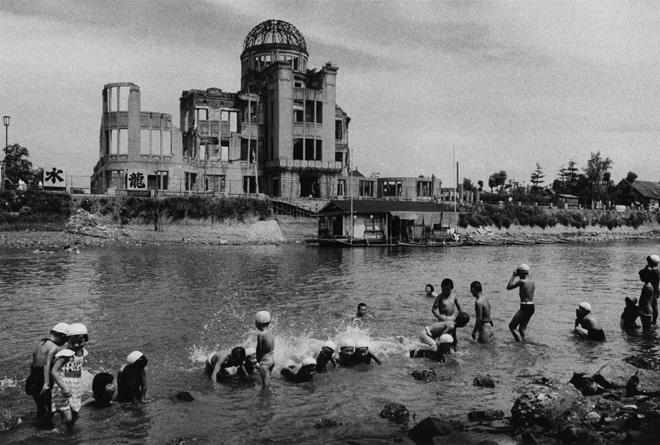 Domon Ken Bagno presso il fiume davanti al Hiroshima Dome, dalla serie Hiroshima , 1957 535×748 Ken Domon Museum of Photography