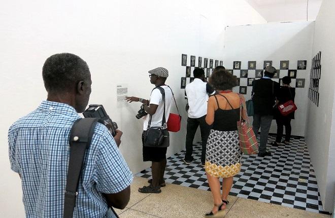 Dall'installazione Clichés d'hier di Ibrahima Thiam, realizzata in occasione dei  Rencontres de Bamako 2015 (foto cortesia Ibrahima Thiam)