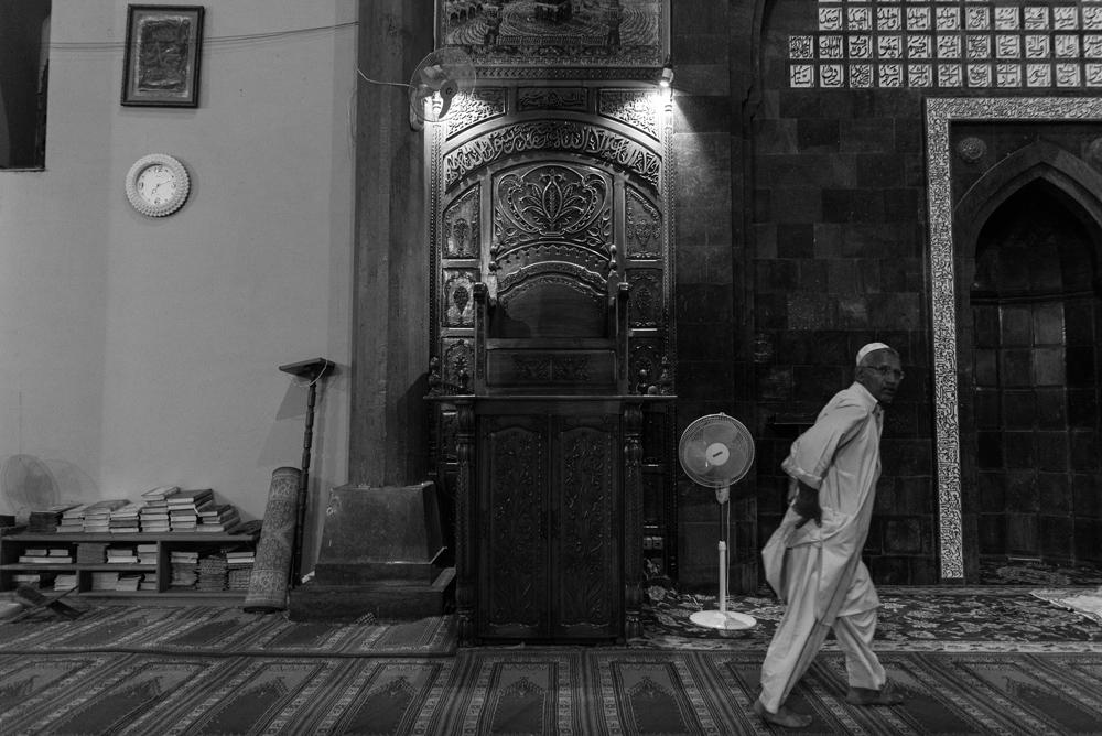 Il trono di legno da dove il Mirwaiz Omar Farooq guida la preghiera del venerdì all'interno della Jamia Masjiid. Photo Credit: Camillo Pasquarelli.