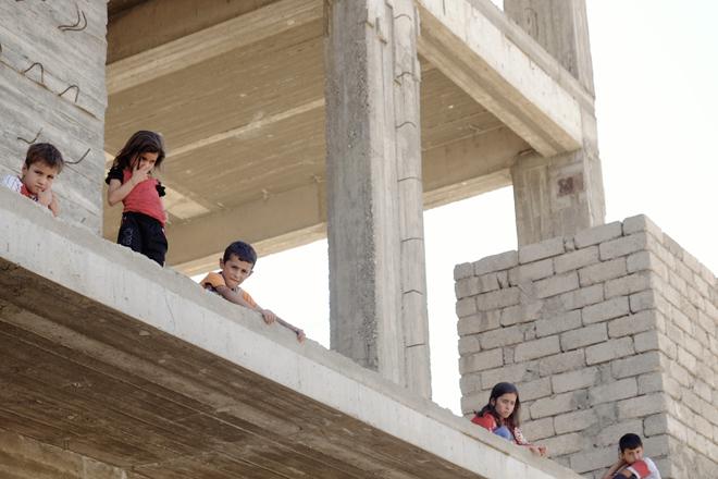 DOHUK - Bambini Yazidi in un palazzo abbandonato.