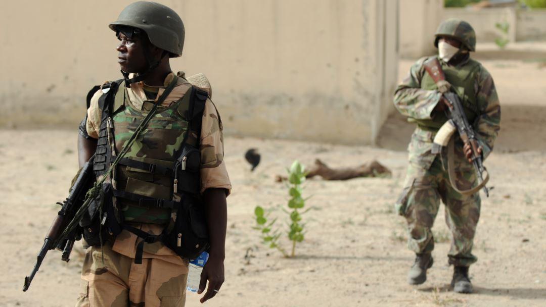 Soldati nigeriani di pattuglia nel nord del Borno nei pressi di un campo appartenuto a Boko Haram.  Quentin Leboucher/AFP/Getty Images