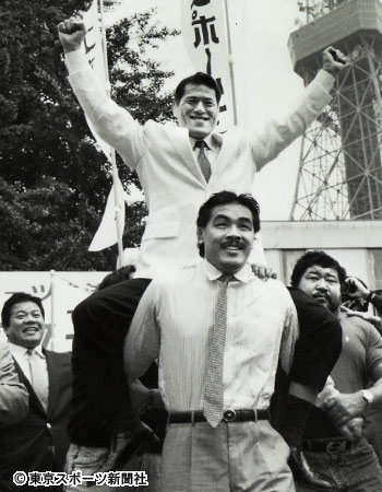 Hiroshi Hase (sotto con i baffi) porta in spalla Antonio Inoki. Foto credit: tokyo-sports.co.jp
