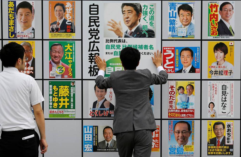 Manifesti elettorali a Tokyo. Foto via: wsj.com