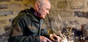 Il fabbro di Donetsk che trasforma le armi in opere d'arte e di speranza