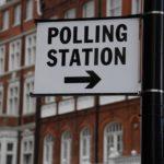 Segnalazione per un seggio elettorale a Londra. REUTERS/Toby Melville