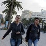 Donne tunisine senza velo sulla centralissima avenue Mohamed V a Tunisi. Foto di Roberto Ceccarelli