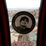 Un adesivo con l'immagine di Evo Morales attaccata in una cabina di una funivia Mi Teleferico a Oruro, in Bolivia, l'8 febbraio 2018. REUTERS / David Mercado