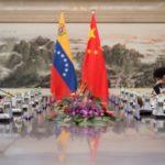 Il Ministro degli Esteri venezuelano Jorge Arreaza parla con il Ministro degli Esteri cinese Wang Yi durante un incontro presso il Ministero degli Affari Esteri a Pechino il 22 dicembre 2017. REUTERS / Nicolas Asfouri / Pool