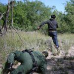 Un migrante clandestino fugge ai controlli al confine tra Usa e Messico. REUTERS/Loren Elliott