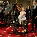Il senatore Tammy Duckworth e la figlia Abigail. REUTERS/Joshua Roberts