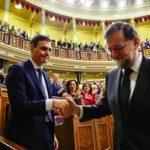 Pedro Sanchez stringe la mano a Mariano Rajoy dopo la mozione di sfiducia in parlamento a Madrid, Spagna, 1 giugno 2018. Pierre-Philippe Marcou / Pool via REUTERS