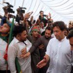 Imran Khan, del partito Tehreek-e-Insaf, durante la campagna per le elezioni generali a Karachi, Pakistan, 4 luglio 2018. REUTERS / Akhtar Soomro