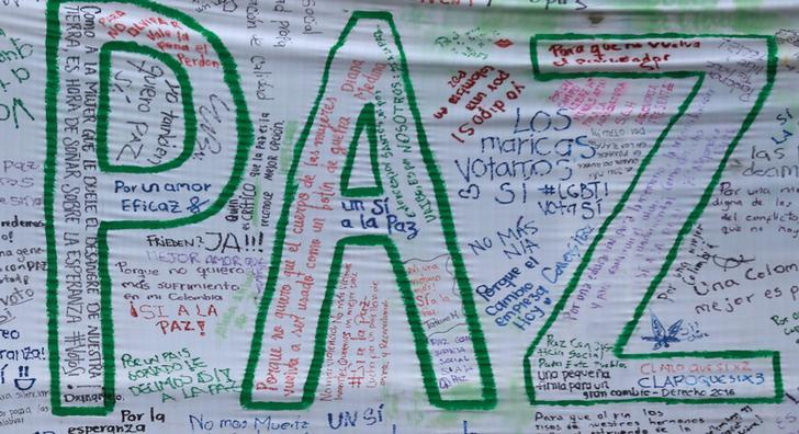 Messaggi di pace scritti su uno striscione durante una manifestazione a sostegno dell'accordo di pace firmato nel 2016.