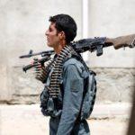Un poliziotto afghano fa la guardia durante una battaglia con gli insorti a Kabul, in Afghanistan, 16 agosto 2018. REUTERS / Mohammad Ismail