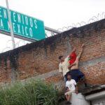 Migranti dell'Honduras, parte di una carovana che cerca di raggiungere gli Stati Uniti, dietro un muro mentre evitano il checkpoint di frontiera a Ciudad Hidalgo, in Messico. REUTERS/Edgard Garrido