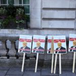 Cartelli di protesta contro l'omicidio del giornalista Jamal Khashoggi davanti all'Ambasciata dell'Arabia Saudita a Londra, Gran Bretagna, 26 ottobre 2018. REUTERS / Simon Dawson