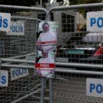 Le foto del giornalista saudita Khashoggi sono poste sulle barriere di sicurezza durante una protesta davanti al consolato saudita a Istanbul, in Turchia, 8 ottobre 2018. REUTERS / Murad Sezer