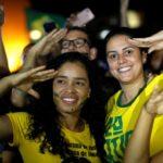 Sostenitrici di Bolsonaro festeggiano facendo il saluto militare. REUTERS/Adriano Machado