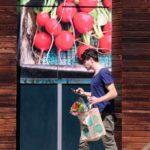 Un giovane americano che esce da un Whole Foods. REUTERS/Lucy Nicholson