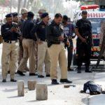 Agenti di polizia raccolgono e fotografano una borsa contenente esplosivo dopo un attacco al consolato cinese, a Karachi, in Pakistan, il 23 novembre 2018. REUTERS / Akhtar Soomro