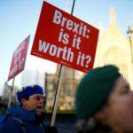 Manifestanti anti Brexit a Londra. REUTERS/Henry Nicholls