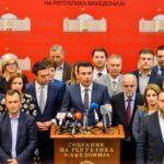 Il primo ministro Zoran Zaev parla ai media dopo che il parlamento macedone ha approvato le modifiche costituzionali per consentire al Paese di cambiare nome. REUTERS/ Tomislav Georgiev