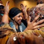 La democratica Ilhan Omar tra i suoi sostenitori. Omar è la prima ex rifugiata a essere stata eletta deputata negli Usa. REUTERS/Contrasto/Eric Miller