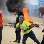 Sostenitori del candidato dell'opposizione alle elezioni presidenziali Martin Fayulu protestano in seguito all'esclusione dal voto nella città di Beni, Repubblica democratica del Congo. REUTERS/Samuel Mambo