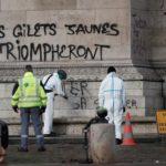 """Addetti puliscono l' Arco di Trionfo dalla scritta """"The Yellow Vests trionferà"""" a Parigi, Francia, 2 dicembre 2018. REUTERS / Benoit Tessier"""