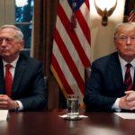 Donald Trump e James Mattis durante un briefing ai capi militari nella Sala del Gabinetto alla Casa Bianca. Washington, Stati Uniti, 23 ottobre 2018. REUTERS / Leah Millis