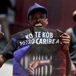 """Un uomo con un cartello che dice """"Dov'è il denaro di PetroCaribe?"""" durante una protesta l'uso improprio dei fondi PetroCaribe, a Port-au-Prince, Haiti il 9 settembre 2018. REUTERS / Jeanty Junior Augustin"""