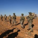 Soldati americani e turchi nella loro prima pattuglia congiunta vicino Manbij, Siria. Courtesy Arnada Jones/U.S. Army/Handout via REUTERS