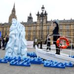Gli attivisti anti-Brexit del gruppo di attivisti globali Avaaz prendono parte a una dimostrazione con un finto Titanic, fuori dal Parlamento a Westminster, Londra, 15 gennaio 2019. REUTERS/Toby Melville