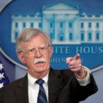 Il consigliere per la sicurezza nazionale di Donald Trump durante una conferenza stampa alla Casa Bianca. REUTERS/Kevin Lamarque