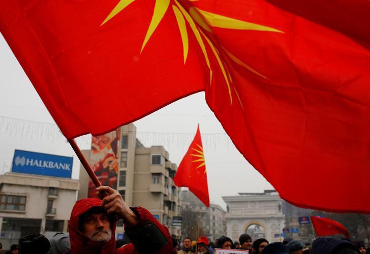 Manifestanti boicottano l'accordo con la Grecia per cambiare il nome del Paese in Repubblica della Macedonia del Nord di fronte il Parlamento durante i dibattiti parlamentari sugli emendamenti costituzionali relativi al cambio di nome, Skopje, Macedonia, 9 gennaio 2019. REUTERS/Ognen Teofilovski