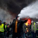 """Una manifestazione sugli Champs-Elysees, dove i """"gilet gialli"""" hanno sfilato a migliaia contro l'aumento dei prezzi del carburante. Un movimento cresciuto spontaneamente senza avere dietro partiti o sindacati e che è dilagato in tutta la Francia. REUTERS/Gonzalo Fuentes/Contrasto"""
