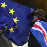 Una bandiera dell'Unione Europea sul volto di due passanti davanti al Parlamento a Londra, Gran Bretagna, 17 gennaio 2019. REUTERS/Clodagh Kilcoyne