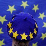 Una giovane manifestante indossa un berretto con la bandiera dell'Unione Europea. REUTERS/Darren Staples