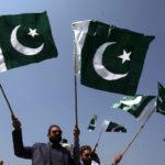 La gente festeggia con le bandiere nazionali dopo che il Pakistan ha abbattuto due aerei militari indiani, Lahore, Pakistan, 27 febbraio 2019. REUTERS/Mohsin Raza
