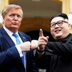 Howard X, un sosia australiano-cinese del leader nordcoreano Kim Jong-un e Russell White, che impersona il Presidente degli Stati Uniti Donald Trump, posano per una foto al di fuori del Teatro dell'Opera, in vista del prossimo vertice Trump-Kim ad Hanoi, Vietnam, 22 febbraio 2019. REUTERS/Jorge Silva
