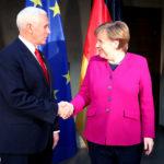 Il vicepresidente degli Stati Uniti Mike Pence stringe la mano alla cancelliera tedesca Angela Merkel durante l'annuale Conferenza sulla Sicurezza di Monaco di Baviera, Germania, 16 febbraio 2019. REUTERS/Michael Dalder