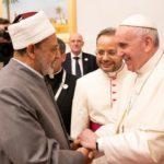 Papa Francesco, capo della Chiesa cattolica, stringe la mano allo sceicco Ahmed Mohamed el-Tayeb, l'imam egiziano della moschea al-Azhar, al suo arrivo all'aeroporto internazionale di Abu Dhabi, Emirati Arabi Uniti, 3 febbraio 2019. WAM/Handout tramite REUTERS