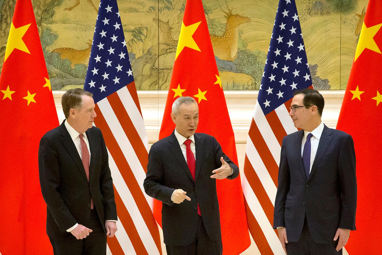Il rappresentante del commercio statunitense Robert Lighthizer, il vicepresidente cinese e il capo negoziatore commerciale Liu He e il Segretario al Tesoro americano Steven Mnuchin parlano prima della sessione di apertura dei negoziati commerciali presso la Diaoyutai State Guesthouse a Pechino, 14 febbraio 2019. Mark Schiefelbein/Pool tramite REUTERS