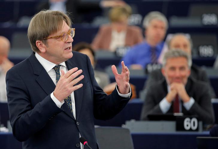 Il leader del gruppo dell'Alleanza dei Democratici e dei Liberali per l'Europa (ALDE), Guy Verhofstadt, si rivolge al Parlamento Europeo nel corso di un dibattito sulle priorità della Brexit e sui colloqui in corso sul ritiro del Regno Unito dall'Ue, a Strasburgo, 5 aprile 2017. REUTERS/Vincent Kessler