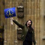 Una ragazza si trova fuori dal Parlamento durante una protesta volta a dimostrare la solidarietà di Londra con l'Unione Europea in seguito al referendum dell'Ue, Londra, Gran Bretagna, 28 giugno 2016. REUTERS/Dylan Martinez