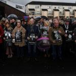 Le famiglie delle vittime camminano attraverso il Bogside prima dell'annuncio della decisione di accusare i soldati coinvolti negli eventi del Bloody Sunday, Londonderry, Irlanda del Nord, 14 marzo 2019. REUTERS/Clodagh Kilcoyne